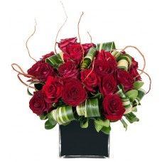 Cubo preto e rosas vermelhas uma combinação prefeita mas acima de tudo profunda, para expressar o seu amor que sente pela pessoa a quem vai oferecer este lindo arranjo de flores.: