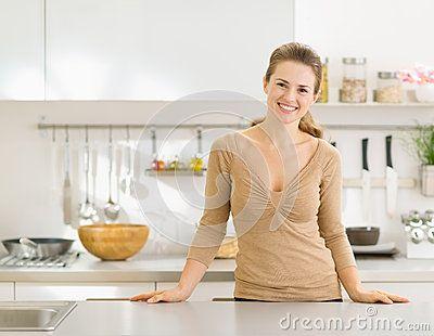 Porträt der lächelnden Hausfrau in der modernen Küche