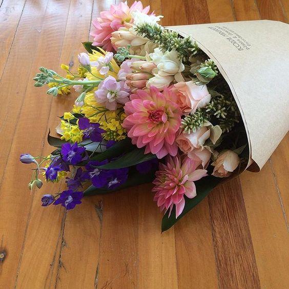Mesmo com algo em mente, a feira de flores nos surpreende e nos faz mudar todos os planos! Hoje teve delphinium azul e flor de mostarda nos buquês.😍 ✌🏻️