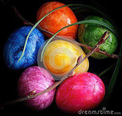 Huevos de pascua decorados con varios colores. Fondo negro.
