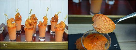 Vasitos de tomate y pimiento con langostinos
