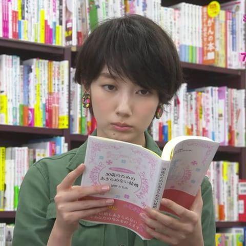 本を読んでいる波留