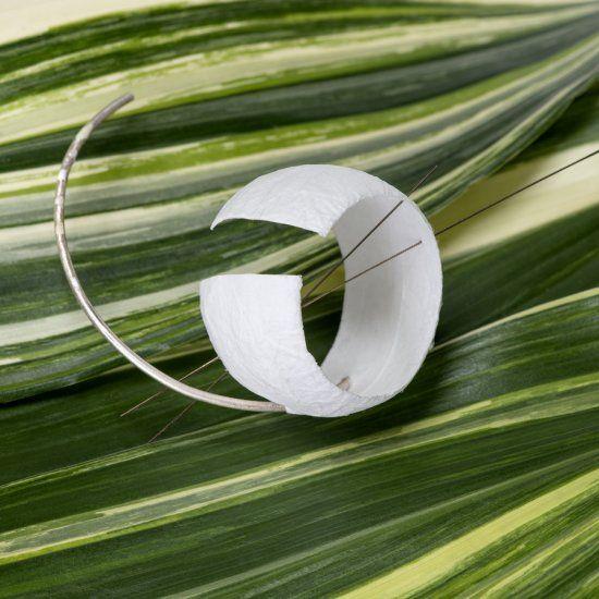 "Angela Ciobanu, ""FORGET-ME-NOT""-  24 k gold, silver, recycled silk paper, fretsaw blade / oro 24 k, argento, foglio di seta riciclato, traforo 8 x 11 x 5 cm"