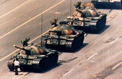 La fotografía fue tomada en 1989 por Charlie Cole, un fotógrafo estadounidense que vio de cerca las protestas estudiantiles que se manifestaban por la democracia en Pekín.   El gobierno comunista Chino pronto sacó al ejército con sus tanques a la plaza de Tiananmen para dispersar a los manifestantes.