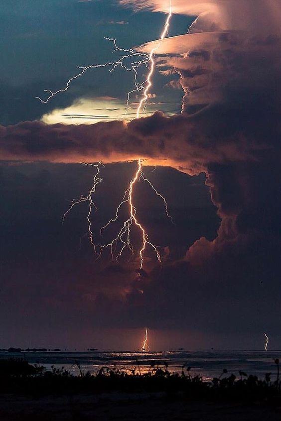 Gigantische onweersbuien met intense bliksem om Groot-Brittannië vrijdag te raken!