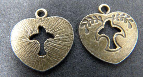 Pewter dije oro viejo CORAZON CON PALOMITA. Mide 26 x 22 mm. Se vende por par. $ 5.00