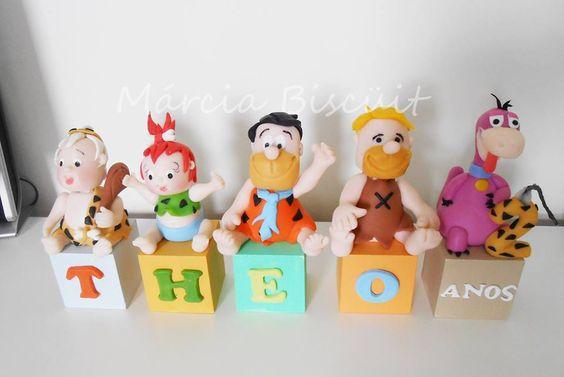 Cubos com nome dos Flintstones com vela de biscuit. encomendas (11) 98482-9031 tim e-mail dgmmarinho2@gmail