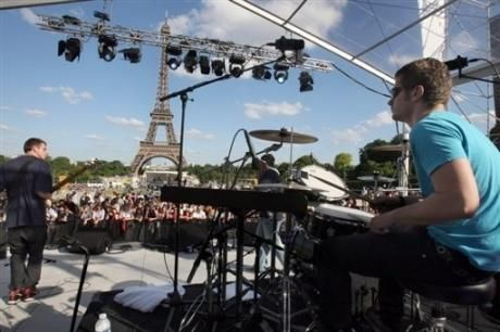 Le 21 juin prochain, accordez vos guitares et vos violons ! Faîtes la et ouvrez (grand) vos oreilles ! La musique envahit Paris ! D'innombrables places et ruelles deviennent ainsi et depuis trente ans déjà de véritables salles de concert de plein air ! Demandez-le programme de la 34e Fête de la Musique au Jack's hôtel ! http://jacks-hotel.com/fr/actualites-jacks-hotel/fetez-la-musique-au-jack-s-hotel