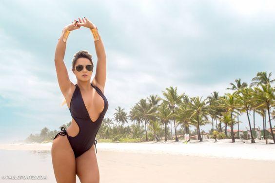 Ester Matchuga, faz ensaio sensual de biquíni em praia na Bahia para um site de surf — Folha Geral