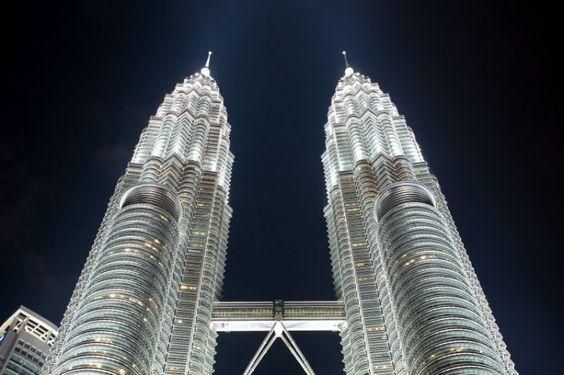 Petronas Towers in Kuala Lumpur -   Petronas Towers ist der Name eines Wolkenkratzerpaars in Kuala Lumpur der Hauptstadt Malaysias. Die Zwillingstürme gelten mit ihren insgesamt 452 Metern als eines der höchsten Gebäude der Welt. Gebaut wurden die Petronas Towers von dem Mineralölkonzern Petronas. Hotel in Kuala Lumpur: http://www.hrs.de/web3/?forwardName=themeList=kualalumpur=1001079027=SMM-DE-PI-link