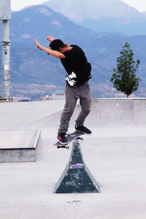 体をひねってスケートボード