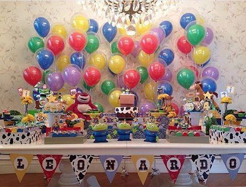 Festinha linda com tema Toy Story! Adoro painel de balões! Por @studiodecoreventos ❤️ #kikidsparty