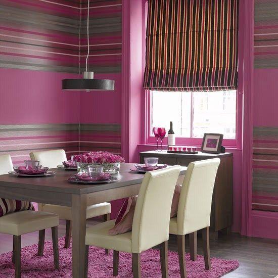 #ousadia  Paredes em rosa maravilha com listras horizontais, contrastam com móveis de linhas mais retas.