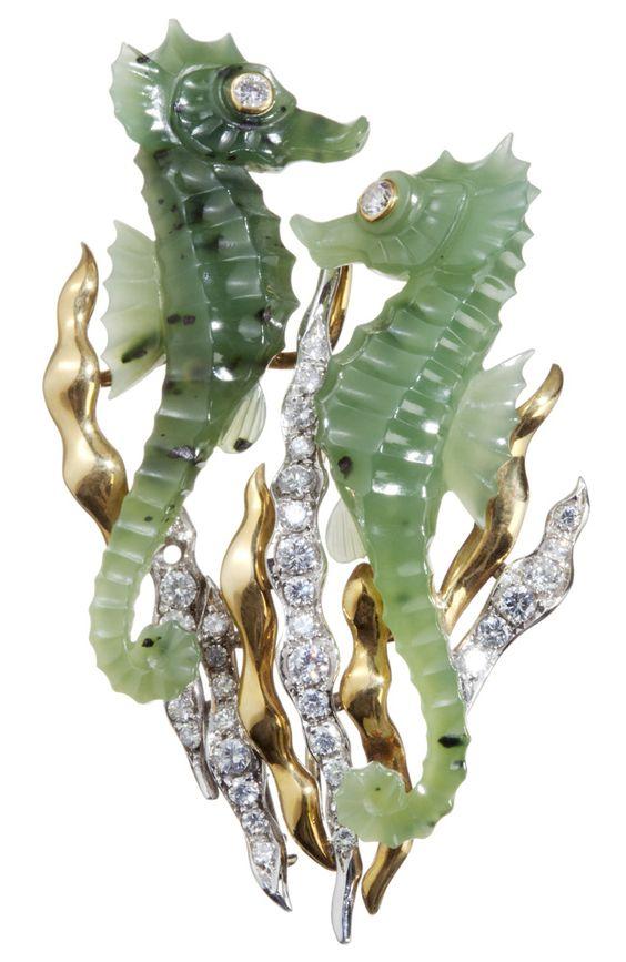 Broche de oro amarillo con dos caballitos de mar en jade y diamantes talla brillantes, de Aldao.