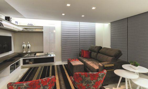 A arquiteta Cristiane Pasa desenvolveu um ambiente espaçoso para receber os amigos. A iluminação foi trabalhada com o intuito de criar cenas e garantir sensação de aconchego com a ajuda da cor branca.