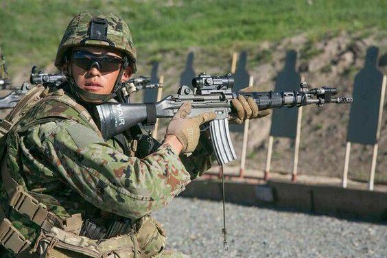 銃の訓練中の隊員