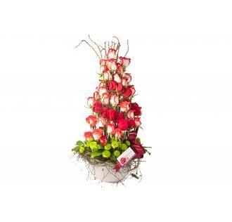 Arreglo elaborado con 72 rosas combinadas en fina base de cerámica - See more at: http://addyflorales.com/floristeria/arreglos-dia-del-carino/san-valentin-14/#sthash.0KdYK6J3.dpuf
