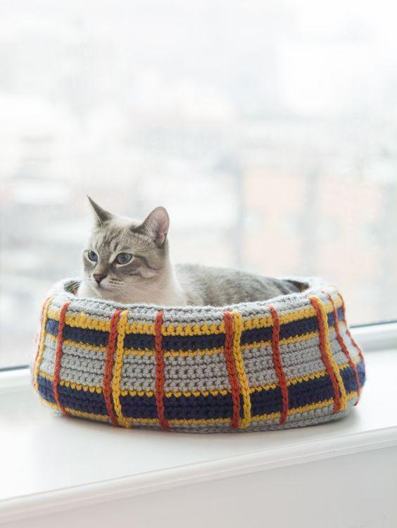 Crochet a Curl Up Kitty Cat Bed for your feline friend! thanks so xox (reg) ☆ ★ https://www.pinterest.com/peacefuldoves/