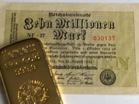 Goldbarren vor Inflationsgeld - der 10-Millionen-Mark-Schein ist mittlerweile wertlos. Der Goldbarren hat immer noch seinen Wert. Das ist der Unterschied zwischen Papiergeld und Gold...