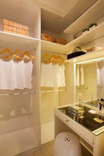 Idealizada para equipar um closet, a penteadeira planejada em marcenaria pela arquiteta Izabela Lessa integra-se ao armário e tem tampo de vidro com gavetão para bijuterias e maquiagens. O espelho recebeu iluminação em seu perímetro, para evitar sombreamentos