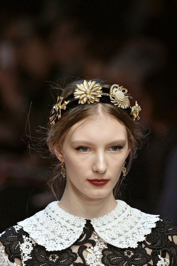 Pin for Later: Mit diesem Trend haltet ihr eure Haare bei Wind und Wetter im Zaum Haarbänder auf dem Laufsteg bei Dolce & Gabbana Herbst/Winter 2015