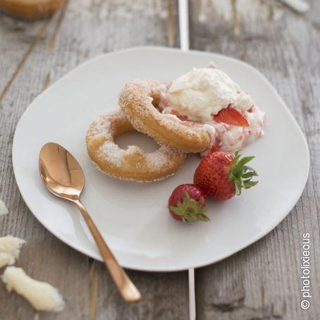 Cronuts mit Sahne und frischen Erdbeeren
