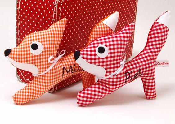 Piet, der kleine Fuchs in rot oder Mia, die kleine Füchsin in orangen Vichykaromuster. Von hinten ist der rot karierte Fuchs rot mit weißen Punkten und der orange fuchs uni...