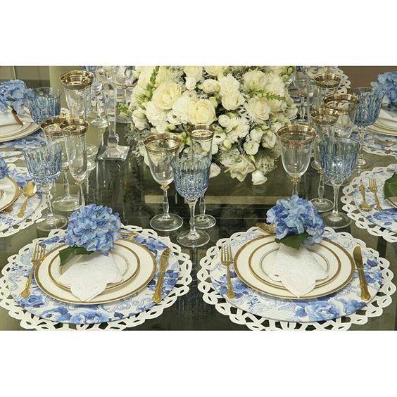 """""""Almoço  caprichado para uma ocasião  especial! Essa estampa  é  a Azulejo Português azul e branco. Compre pelo site www.homebybia.com.br  #receberbem…"""""""