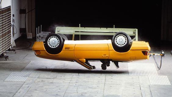 Mercedes-Benz SL (R 129, 1989 bis 2001), erste Generation (1989-1995). Automatischer Überrollbügel als Teil des umfassenden Sicherheitskonzepts. Überschlagversuch.