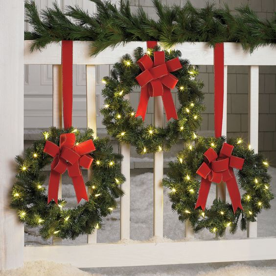 Set of 3 cordless pre lit mini christmas wreaths outdoor for Pre lit outdoor decorations