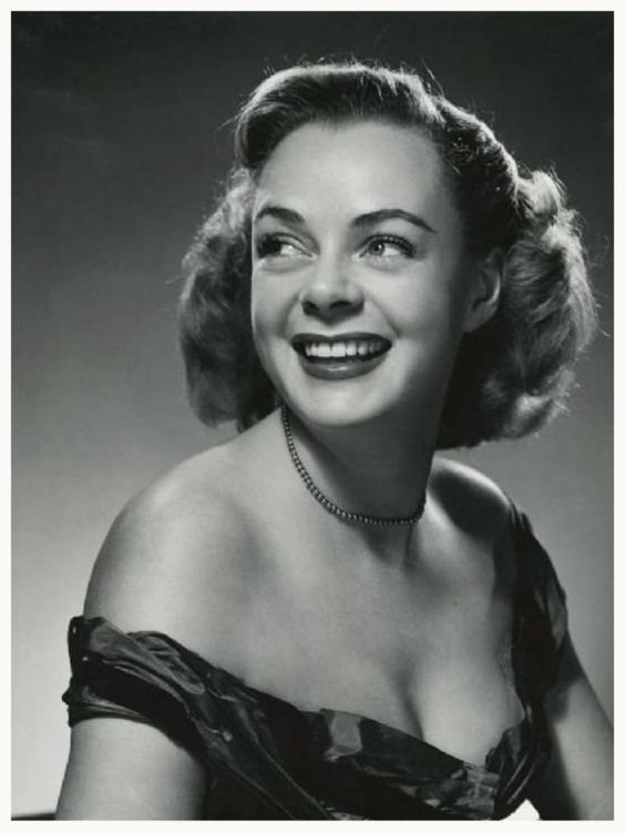 June LOCKHART '40-50 (25 Juin 1925.Is an American actress, primarily in 1950s and 1960s television, but with memorable performances on stage and in film too. She is remembered as the mother in two TV series, Lassie and Lost in Space. She also portrayed Dr. Janet Craig on the hit CBS television sitcom Petticoat Junction.
