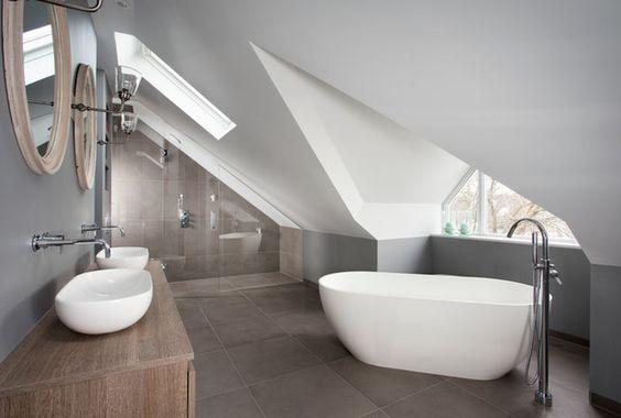 Grande salle de bain avec baignoire et double vasque aménagée sous les combles