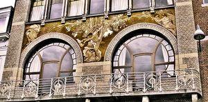 A. Ciamberlani huis in 1897 gebouwd door P. Hankar, met verschillende materialen in de gevel: metaal, baksteen, natuursteen. Deze gevel geeft blijk van een grote originaliteit en een bewust ingaan tegen de gangbare normen. Het is een privéwoning maar toch zeer populair om de voorgevel te spotten.