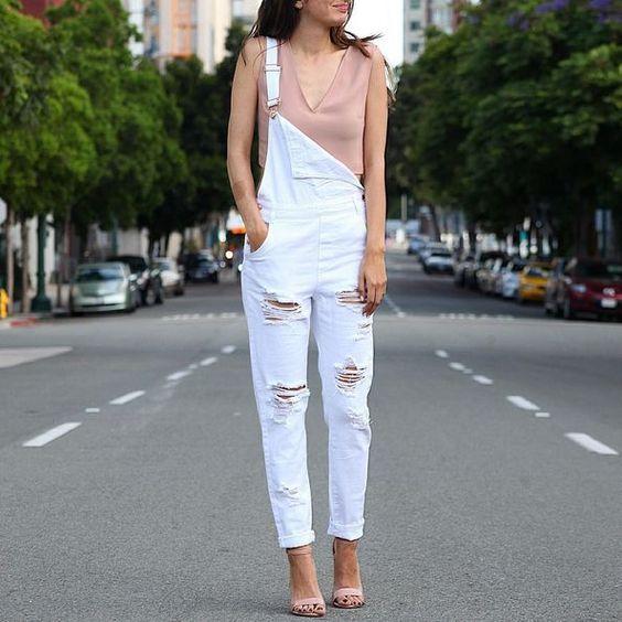 Oserez-vous la salopette cette saison? En blanc je trouve ce vêtement irrésistible!  #lookdujour #ldj #overalls #salopette #white #nude #streetstyle #spring #trend #trendy #fashion #style #outfitinspo #outfitideas #regram  @black_instinct