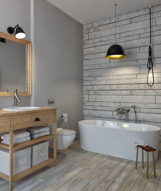 Tapete Holzoptik Rustikal : spezielle Farbe f?r Bad in grau und Tapete in Holzoptik