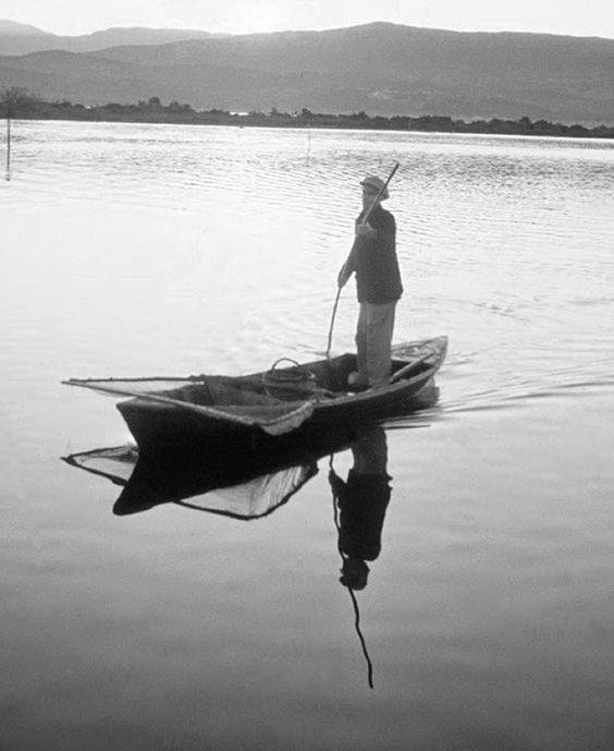 ΛΕΥΚΑΔΑ - 1965 - ΜΑΖΕΥΟΝΤΑΣ ΔΟΛΩΜΑΤΑ ΜΕ ΤΟ ΜΟΝΟΞΥΛΟ - ΦΩΤΟΓΡΑΦΙΑ FRITZ BERGER .