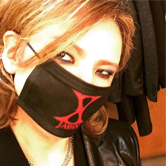 XJAPANのロゴの入った黒いマスクをつけているXJAPAN・YOSHIKIの画像