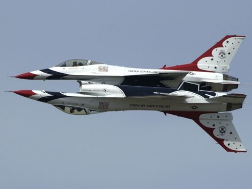 U.S. Air Force Thunderbirds F-16 Fighting Falcons.  Now that's a mirror pass..