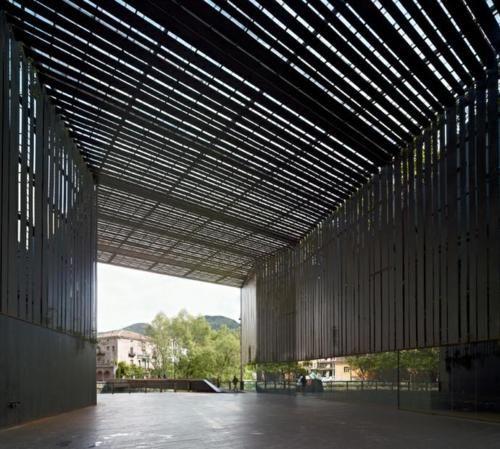 la lira public passage way / rcr arquitects