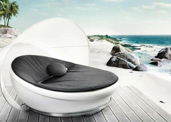 Outdoor Möbel - Ein modernes Tagesbett in Schwarz-Weiß