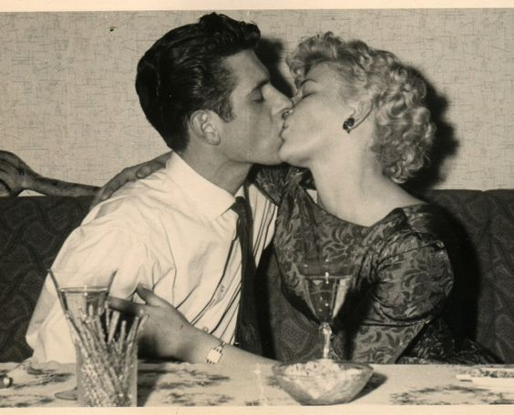 поцелуй за столом
