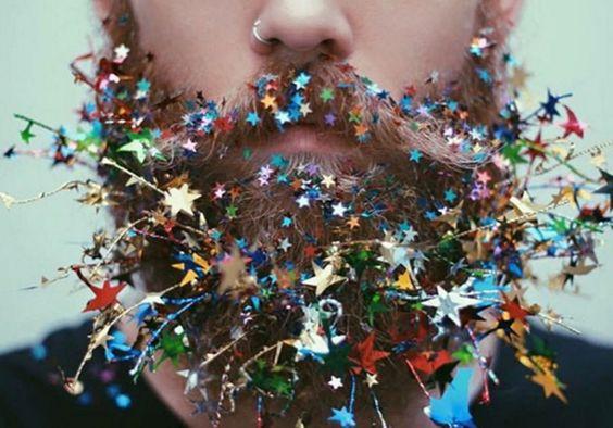 Gente é pra brilhar: homens se divertem enchendo as barbas de glitter