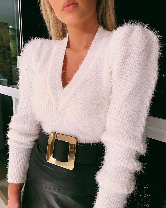 Apaixonada pelas novidades da @deleonstore ❤️ Esse tricot com as mangas bufantes e decote em V é o hit do momento, e o cinto espelhado fez…