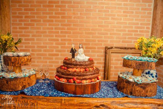 Bolo de chocolate com morango do meu casamento, com base de madeira chocolate cake wedding