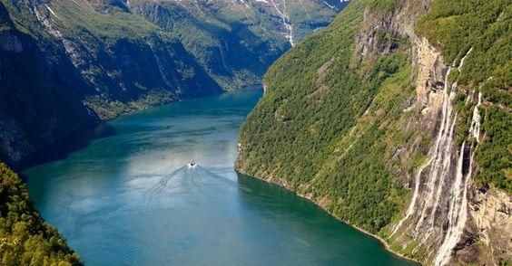 """Durante o verão, quando o degelo da neve nas montanhas é mais intenso, grandes cachoeiras se formam à beira dos fiordes. Essa é uma das mais famosas, chamada de """"Sete Irmãs"""" pelo número das quedas, no fiorde Geiranger"""