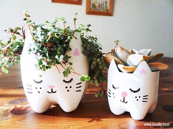 Faça você mesmo um vaso de flores com garrafa PET em formato de gato! É lindo e muito fácil de fazer! Confira!:
