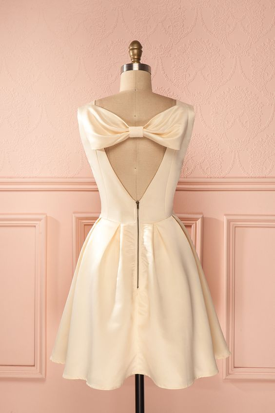 Ses longs cheveux lisses et soyeux brillaient comme le doux satin. Her long smooth hair shined like soft silk. Ivory satin back bow dress www.1861.ca