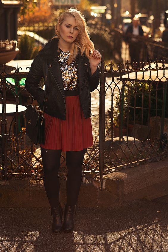 Christina Key trägt einen sexy Minirock und eine derbe, schwarze Lederjacke