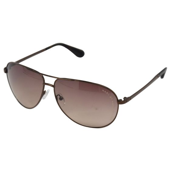 The Marc Jacobs eyewear collection, characterized by sophisticated and slightly retro shapes, is distinguished by its exclusive and glamorous style. These brown tortoi sunglasses feature anti-reflective gradient lenses.