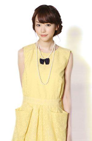 黄色い服の桐谷美玲